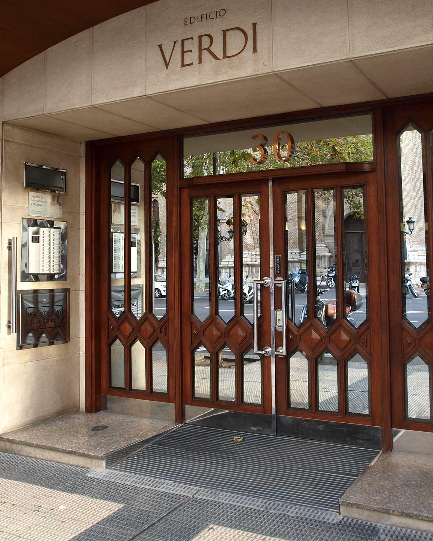 Rampa de acceso en la puerta de la calle