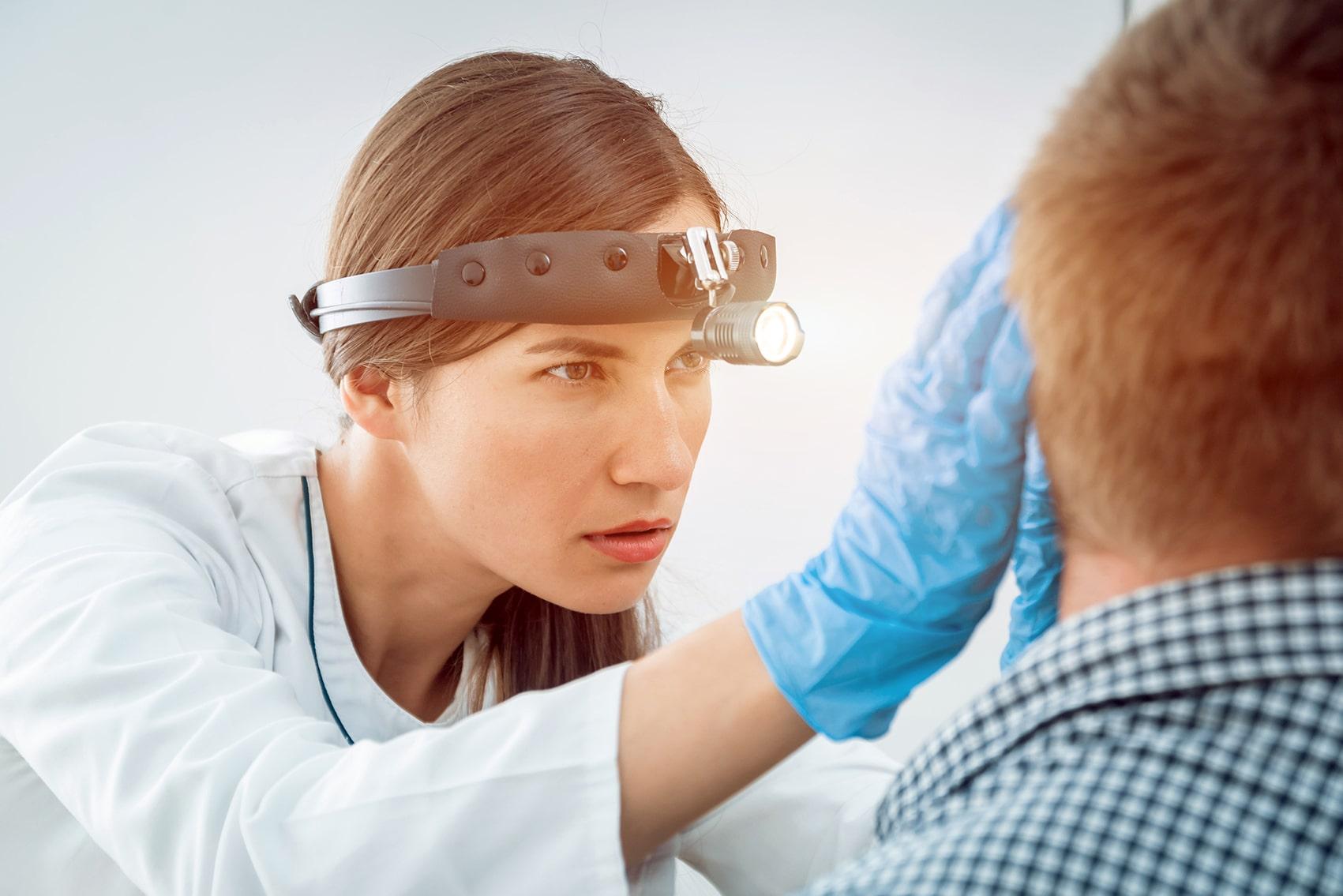 Revisión de paciente por otorrinolaringologa